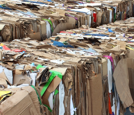 reciclaje papel: Reciclaje de concepto de envase de cart�n con las pilas de basura comprimida papel corrugado como s�mbolo de reciclar para la conservaci�n y el negocio de la tecnolog�a medioambiental Foto de archivo