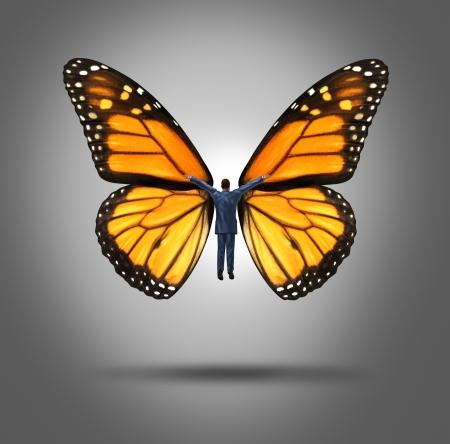 liderazgo empresarial: Concepto creativo de liderazgo con un hombre de negocios volando con las alas de una mariposa monarca como un símbolo de la innovación y la libertad de expresión para aspirar a metas más altas de éxito a través de la confianza y la creencia