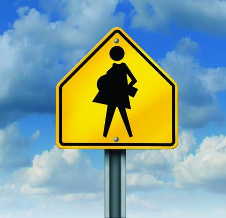 educacion sexual: Embarazo en la adolescencia y la educaci�n sexual anticonceptiva concepto social del uso como un s�mbolo de los adolescentes sexualmente activos que producen estudiantes embarazadas no planificados con un cruce escolar cartel amarillo con una madre adolescente esperando