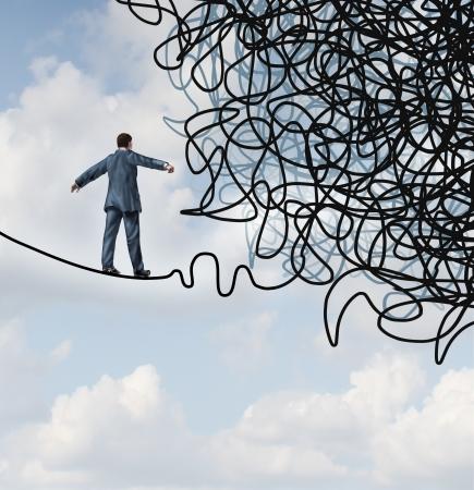 Rischio concetto di business confusione con un uomo d'affari su un alto filo di corda stretta camminare verso una massa aggrovigliata come metafora e simbolo di superare le avversità nella strategia e ricerca di soluzioni attraverso la leadership abile fronte ostacoli difficili