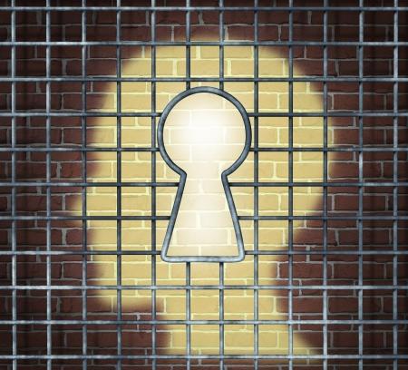 교도소: 성공을 위해 무료로 설정할 수있는 혁신적인 솔루션을 찾고 비즈니스와 정신 건강의 개념으로 열쇠 구멍 모양으로 연 감옥 케이지를 통해 벽돌 벽에 인간의 머리 빛나는 빛과 창작의 자유 키 스톡 사진