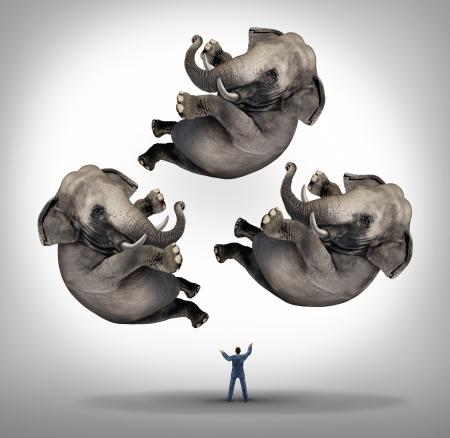 elefante: Gestión Liderazgo Empresariales concepto con un malabarista de negocios malabares tres elefantes en el aire como un símbolo de la gestión de la energía y de ser un líder fuerte y una metáfora de la experiencia y habilidad