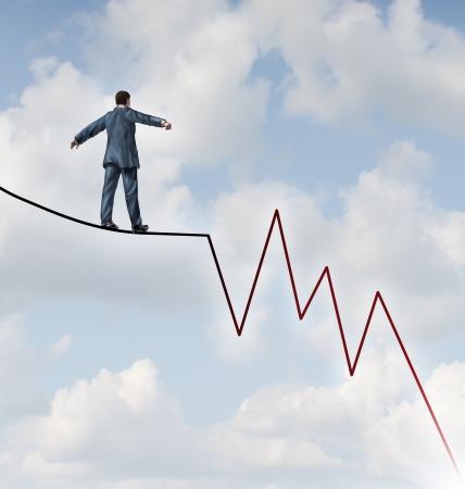 incertezza: Perdere rischio e pericolo Profit Investment come un concetto o una metafora finanziario e degli affari di fronte ricchezza avversit� come un uomo d'affari camminare su un filo alto corda stretta a forma di un mercato azionario grafico sell negativo e verso il basso