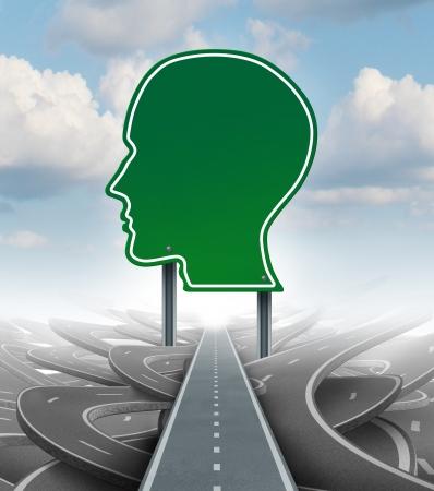 pensamiento estrategico: Dirección estratégica concepto de negocio el liderazgo con un camino o carretera signo verde en la forma de una cabeza humana como un icono de romper de una confusión de caminos enredados con un plan claro para el camino el éxito personal Foto de archivo