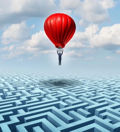 laberinto: Por encima de la adversidad Liderazgo solución con un hombre de negocios volando y volando sobre un complicado laberinto con la ayuda de un globo de aire caliente como un concepto de negocio de pensamiento creativo innovador para el éxito financiero Foto de archivo
