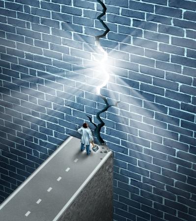 remission: Medical ricerca svolta come assistenza sanitaria e medicina concetto scoperta scienza come un medico in possesso di una mazza abbattere un ostacolo di muro di mattoni come una metafora per la ricerca di una cura per la malattia con la nuova tecnologia