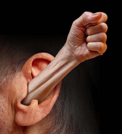 respeto: Poder de ser escuchado y ser escuchado como un concepto psicolog�a social de la comunicaci�n respecto lucha por los derechos de las personas y las emociones como un brazo con el pu�o que surge de un o�do humano Foto de archivo