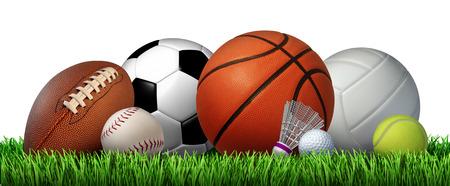 équipement: Loisirs de récréation équipement sportif sur l'herbe avec un ballon de football basketball baseball terrain de football balle de tennis volley-ball et badminton birdie comme un symbole de l'activité physique saine isolé sur un fond blanc Banque d'images