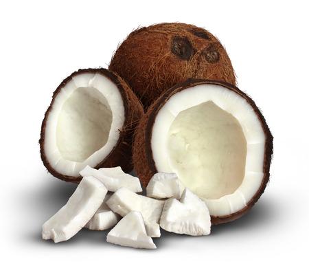 aceite de coco: Coco en un fondo blanco como símbolo de la comida el clima tropical y la cocina asiática con una semilla completa y que está agrietado abierto con los pedazos de la carne blanca en la frente como un icono de la salud y la alimentación saludable de ingredientes naturales que tienen medicin
