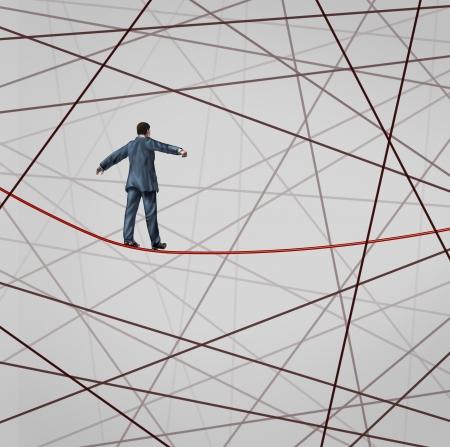 confundido: Centra en la estrategia de un hombre de negocios como un cable de alta cuerda floja enfrentar la adversidad con una telara�a de confusi�n grupo mara�a de cables que intentan distraer del objetivo de negocio prevista para el �xito