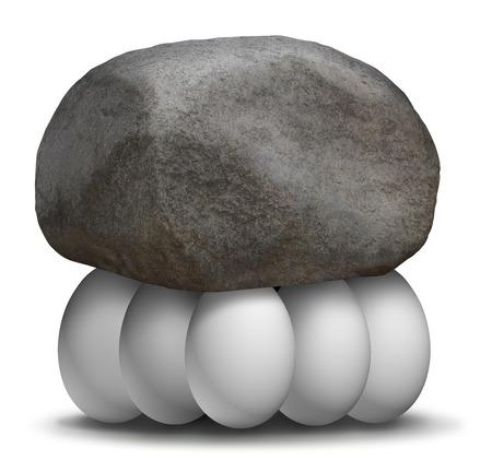 Organizzazione aziendale di forza del gruppo concetto di business con una roccia o un masso sollevato e supportato da un team di uova bianche che lavorano insieme per creare una forte partnership per raggiungere obiettivi più grandi in solidarietà