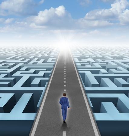 Duidelijke visie leiderschap oplossingen en succes concept als een zakenman denken buiten de doos en de bouw van een verkeersbrug over een ingewikkeld doolhof dwars door de verwarring en slagen in het bedrijfsleven en het leven Stockfoto