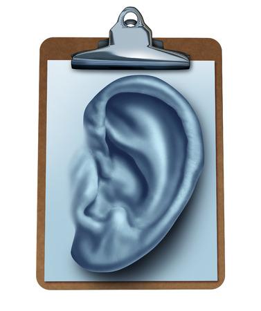 votaciones: Concepto de negocio Encuesta del cliente como un sujetapapeles oficina con una nota de papel en forma de una oreja humana como una met�fora para escuchar la opini�n y retroalimentaci�n satisfacci�n de clientes se encuentra en comentarios y valoraciones de servicios aislados en blanco Foto de archivo