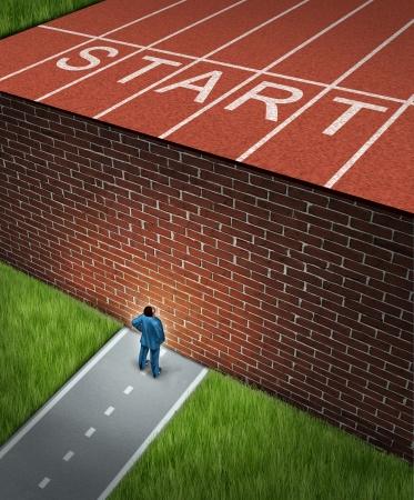 biased: Nuovo lavoro sfida concetto con un business e finanziario ostacoli metafora come un uomo d'affari in piedi di fronte a un muro di mattoni di grandi dimensioni che ha bloccato la sua pista e il percorso di campo ostacolare un viaggio verso il successo Archivio Fotografico