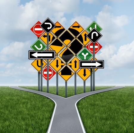cruce de caminos: Preguntas decisiones dirección confusas decidir sobre una estrategia clara para soluciones de negocio con un camino encrucijada para el éxito de elegir el plan estratégico derecha con el reto de un grupo de señales de tráfico confusas como guía