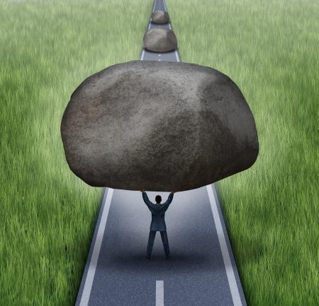 Het verwijderen van obstakels business concept als een zakenman clearing een pad naar succes door het verwijderen van grote stenen uit een weg die blokkeren de weg naar succes als een symbool van de financiële begeleiding en vrijheid Stockfoto