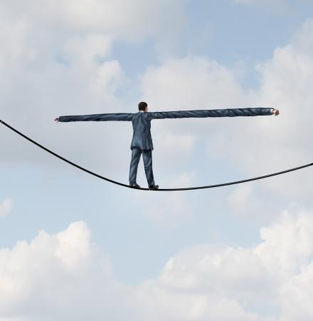 evoluer: Ajuster � risquer des solutions de leadership comme un homme d'affaires avec extr�mement tendues bras pour un meilleur �quilibre de marcher sur une corde raide pour r�ussir � la route comme un concept d'entreprise de s'adapter aux d�fis de la r�ussite de la strat�gie Banque d'images