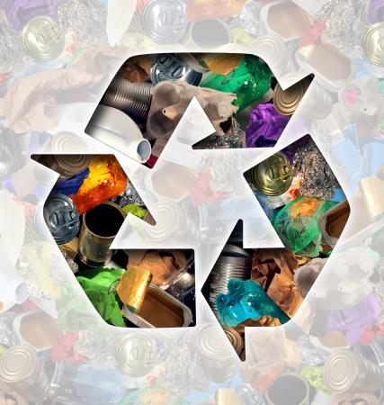 reusable: Riciclare concetto immondizia e l'icona di riciclaggio dei rifiuti modellati con riutilizzabili vecchio bicchiere di metallo carta e prodotti per la casa di plastica per essere riutilizzati aiutando con la conservazione dell'ambiente per il risparmio di energia e denaro. Archivio Fotografico