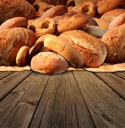 comida rica: Panadería pan concepto de comida en un viejo fondo de la tabla de madera de moda con un grupo de productos horneados hechos de trigo integral y cereales naturales con panes internacionales como panecillo focaccia pita integral de centeno y baguette francés