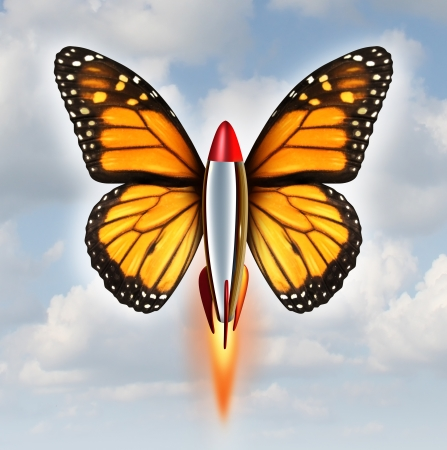 Creativo svolta metafora affari come un razzo con le ali di farfalla monarca esplodendo a livelli più elevati di successo come simbolo del potere e la velocità di innovazione e ivention su uno sfondo di cielo