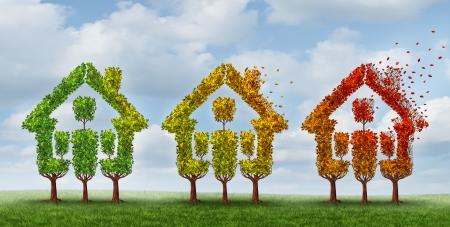 Woningmarkt verandering en vastgoedsector veranderende omstandigheden als een concept met een groep van bomen met bladeren draaien van groen naar herfst geel en rood verliezen gebladerte met de valwinden als een metafoor voor de huizenprijzen en de hypotheekrente onzekerheid Stockfoto