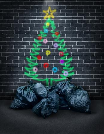 hambriento: La pobreza durante las vacaciones como un concepto para cuestiones sociales de la caridad y en lo que respecta a los desaf�os financieros de las familias pobres y las personas sin hogar como un graffiti pintado con aerosol de un �rbol de Navidad en una pared de ladrillo de la ciudad con bolsas de basura como regalos