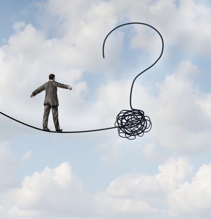 incertezza: L'incertezza dei rischi e la pianificazione di un nuovo viaggio, come un uomo d'affari che cammina su una corda tesa che getets aggrovigliati e forma come un punto interrogativo come metafora di confusione sulla strada avanti come un concetto di business di trovare soluzioni a cambiare per il successo