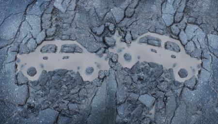 accidente transito: Accidente de tr�fico betwween dos coches como un concepto de un accidente de tr�fico con un s�mbolo de los veh�culos autom�viles implicados en una forma de un bache de carretera mojada a partir roto pavimento de asfalto agrietado naufragio Foto de archivo