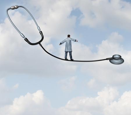 etica: Concepto de decisiones médicas de cuidado de la salud con un médico en una bata de laboratorio caminar en la cuerda floja hecha de un estetoscopio sobre un fondo de cielo azul como una metáfora de riesgo terapia hospital versus el beneficio como un acto de equilibrio para la terapia de pacientes con éxito