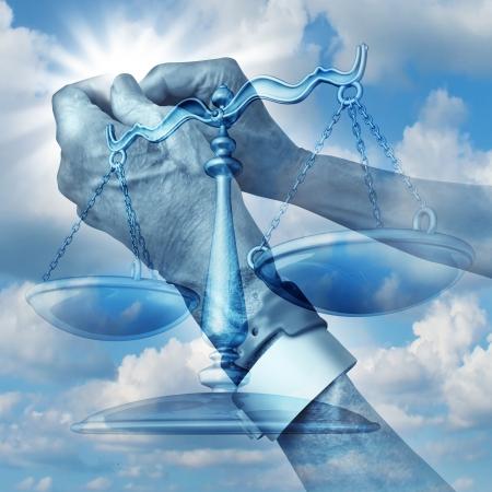 Gezondheidszorg Justitie concept met de gebalde handen van een oudere ziekenhuispatiënt dragen arm pols tags met de schalen van gelijkheid voor patiënten rechten op een blauwe hemel als een symbool van medisch recht met betrekking tot misbruik en verwaarlozing Stockfoto
