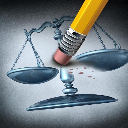 discriminacion: La injusticia y la discriminación como un concepto de sistema legal por violar la ley y la realización de actos ilegales injustas como una goma de borrar borrar una escala de la justicia como una metáfora de la desigualdad y el estrés de la opresión Foto de archivo