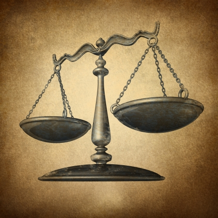balanza justicia: Escala de la justicia con la textura del grunge como un s�mbolo de la ley en una textura de pergamino de �poca como un concepto para el antiguo sistema legal en el gobierno y la sociedad y hacer cumplir los derechos y regulaciones hist�ricas