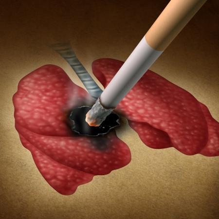lungenkrebs: Rauchen Auswirkungen auf die Gesundheit Konzept mit einer brennenden Zigarette ein Loch in ein Bild der menschlichen Lunge als medizinische Metapher f�r Lungenkrebs und Tumorwachstum von giftigen Rauchexposition von einem Raucher oder Passivrauch