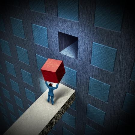 Les solutions de gestion de combler l'écart à un défi d'entreprise comme un homme d'affaires soulevant un cube en trois dimensions pour compléter un mur avec un groupe d'objets organisés comme une métaphore de projet pour expertise en leadership