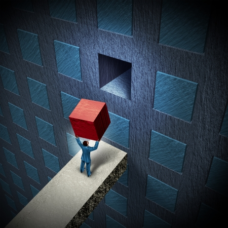 Management-Lösungen, die Lücke zu einem Business-Herausforderung als Geschäftsmann Anheben eines dreidimensionalen Würfels, um eine Wand mit einer Gruppe von organisierten Objekte als Projekt Metapher für Führungskompetenz vervollständigen