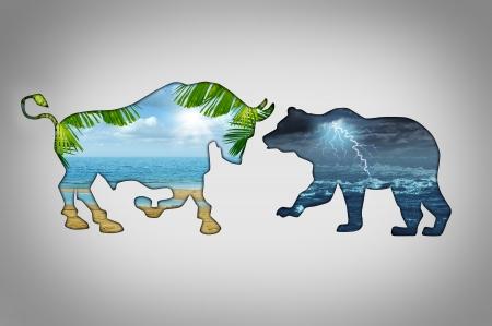 bullish: Concetto di economia del clima di mercato con una scena di spiaggia paradiso tropicale in contrasto con un fulmine nube tempestosa notte nella forma di un toro e orso come metafore di business finanziario per rialzista contro il sentimento di negoziazione ribassista