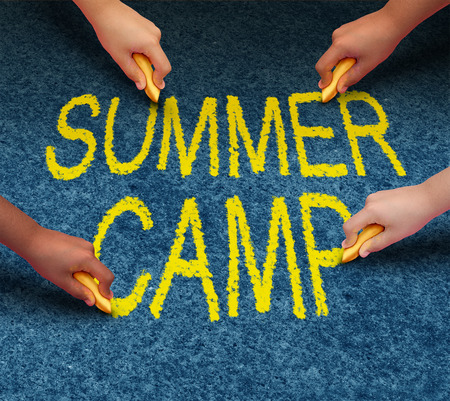 campamento de verano: El campamento de verano con ni�os de la escuela multi�tnicas dibujo palabras en un piso al aire libre pavimento como un s�mbolo de la recreaci�n y la educaci�n de la diversi�n con un grupo de ni�os que trabajan en equipo para el �xito del aprendizaje