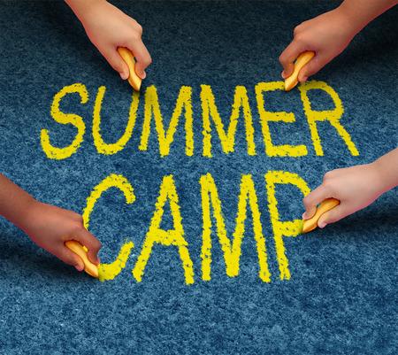 obóz: Letni obóz z wieloetnicznych dzieci w szkole rysunku słowa na bruk piętrze zewnątrz jako symbol zabawy rekreacji i edukacji z grupą dzieci pracujących jako zespół do sukcesu nauki