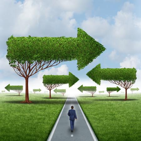 Financieel succes richting als een zakenman lopen rond een groep van verwarrende pijl bomen op een rechte gerichte pad en reis naar kansen Stockfoto