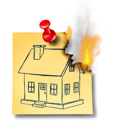 incendio casa: Concepto de seguros de hogar con una casa genérica sobre la base de una nota de papel ardiendo con un alfiler chincheta