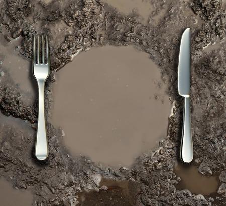 contaminacion del agua: Concepto de higiene de los alimentos y el símbolo de la pobreza mundial como un suelo húmedo con un charco de barro de agua sucia en forma de un plato con un tenedor y cuchillo de plata como una metáfora de riesgo para la salud la contaminación