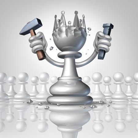 persoonlijke groei: Vermogen tot persoonlijke groei concept met een schaakspel pion veranderen met behulp van een hamer en beitel beeldhouwen een koningskroon van zijn lichaam als een business concept van de controle over je lot en metafoor voor leiderschap en succes Stockfoto