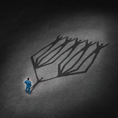 Liderazgo de equipos y el concepto de líder de negocios con un hombre de negocios de pie con una sombra proyectada de un grupo de la red conectada de empleados y socios que trabajan como una metáfora de la sociedad trabajo en equipo