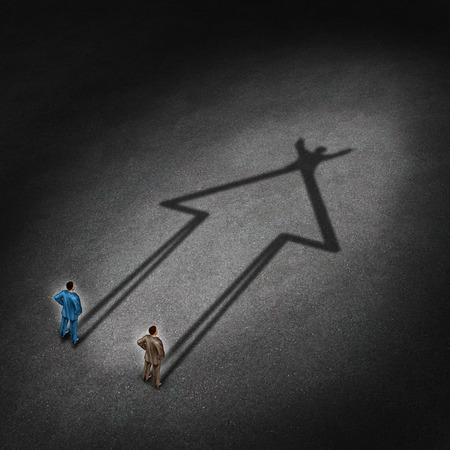 Xito de las personas y la cooperación cooperación para una estrategia ganadora éxito como un concepto de negocio con dos hombres de negocios que echa una sombra que está en la forma de una flecha hacia arriba con un gesto de la victoria Foto de archivo - 27299307