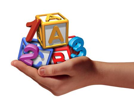 Onderwijsondersteunende concept met een hand die driedimensionale leren pictogrammen voor school als cijfers en letters die voor elementair lezen en rekenen vaardigheden leren die op een witte achtergrond