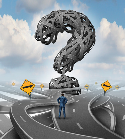 Wegen verwarring uitdaging en crisis business concept als een verwarde zakenman geconfronteerd met een moeilijke uitdaging met een groep verwarde straten en snelwegen in de vorm van een vraagteken als een financiële metafoor voor onzekerheid spanning