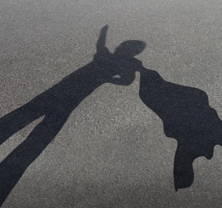shadows: Chico super h�roe que pretende ser un poderoso h�roe valiente, con una capa volando en el viento como un s�mbolo de la diversi�n juegos infantiles para la f�rtil imaginaci�n de un ni�o como una sombra proyectada por una carretera asfaltada urbana