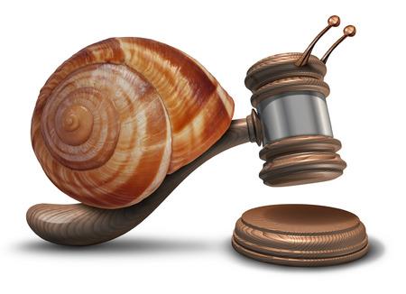 Trage gerechtelijke wet-concept als een hamer of een hamer in de vorm van een trage slak shell raken van een klinkende blok als een symbool van problemen rechtssysteem veroordeling vertragingen en achterblijvende politieke wetgeving