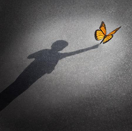 Wonder y el concepto de descubrimiento como una sombra de un niño llegar a tocar una mariposa como la educación y el aprendizaje de símbolo de la curiosidad de la niñez y la inocencia hacia la naturaleza y el mundo que les rodea