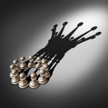 Führungsteam und Geschäftsgruppenkonzept als organisierte Unternehmen der Schach Bauer Stücke vereinten Kräften und arbeiten zusammen vereinigt und als eine im Einvernehmen, um einen Schatten als die Krone eines Königs förmige Guss Standard-Bild